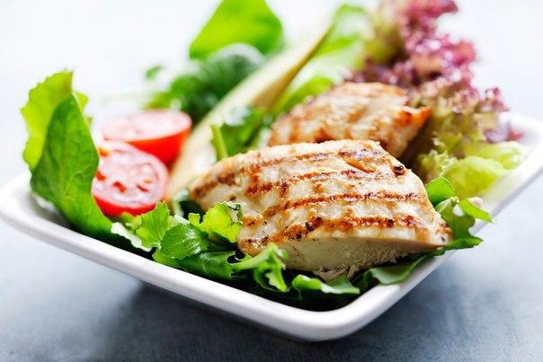 7 вкусных диетических салатов с куриной грудкой на всю неделю